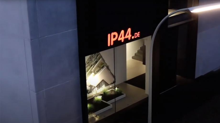 ip44 präsentiert pad, eine ortsveränderliche Leuchte im Außenbereich.